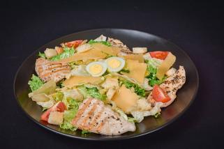 Цезарь с курицей  и микс салатом